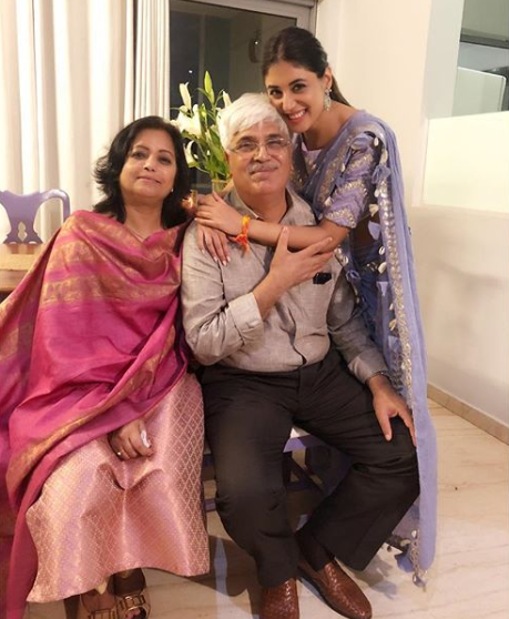 Kritika Kamra with Her parents Ravi Kamra and Kumkum Kamra